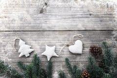 Φύλλα του FIR και κώνοι πεύκων που διακοσμούν τα αγροτικά στοιχεία στον εκλεκτής ποιότητας ξύλινο πίνακα με snowflake Στοκ Φωτογραφία
