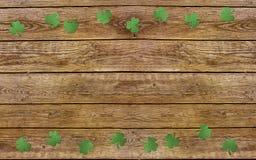 Φύλλα τριφυλλιού εγγράφου στο παλαιό ξύλινο υπόβαθρο Τυχερό τριφύλλι, σύμβολο διακοπών ημέρας StPatrick ` s Διάστημα για το κείμε Στοκ φωτογραφία με δικαίωμα ελεύθερης χρήσης