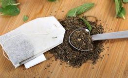 Φύλλα τσαγιού και σακούλα στοκ εικόνες με δικαίωμα ελεύθερης χρήσης