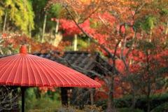 Φύλλα φθινοπώρου και κόκκινη ιαπωνική ομπρέλα του ναού Kaizo Στοκ Εικόνες