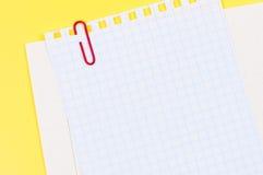 φύλλο εγγράφου ανασκόπησης paperclip κίτρινο Στοκ Φωτογραφίες