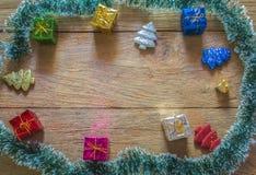 Φύλλο πεύκων και κιβώτιο δώρων στοκ εικόνες