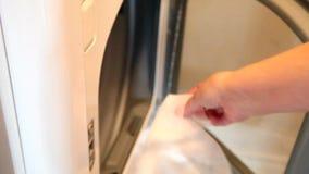 Φύλλο υφάσματος στο στεγνωτήρα απόθεμα βίντεο