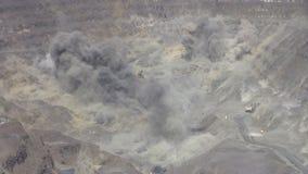 Φύσημα και σκόνη σε ανοικτό - χυτό ορυχείο απόθεμα βίντεο