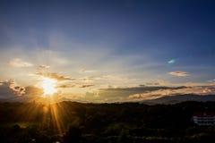 Φύση άποψης των σύννεφων και του ουρανού στο ηλιοβασίλεμα ως υπόβαθρο Στοκ Φωτογραφία