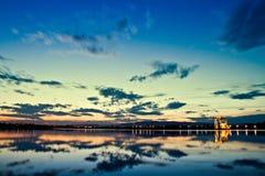 φύση βιομηχανίας εναντίον Στοκ φωτογραφία με δικαίωμα ελεύθερης χρήσης
