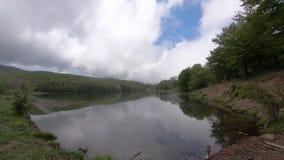Φύση, δασικό τοπίο λιμνών με τον ουρανό και σύννεφα, χρόνος-σφάλμα 4K απόθεμα βίντεο