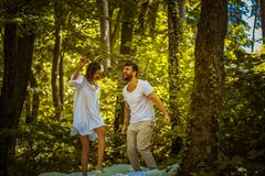 φύση διασκέδασης couple nature στοκ εικόνες με δικαίωμα ελεύθερης χρήσης