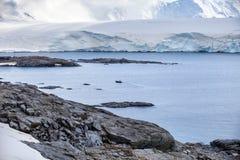 Φύση και τοπία της ακτής Ανταρκτική, όμορφοι βράχοι, ωκεανός Στοκ Εικόνες