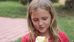 Φύση μικρών κοριτσιών που τρώει το ροδάκινο απόθεμα βίντεο