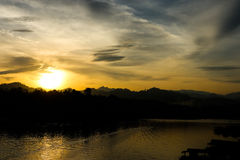 Φύση σκιαγραφιών και τρόπος ζωής της ταϊλανδικής όχθης ποταμού Στοκ Φωτογραφίες