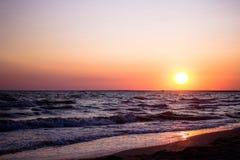 Φύση στην περίοδο λυκόφατος που συμπερίληψη της ανατολής πέρα από τη θάλασσα και τη συμπαθητική παραλία Θερινή παραλία με το μπλε Στοκ Φωτογραφία