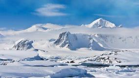 Φύση της Ανταρκτικής Χιονοσκεπής σειρά βουνών απόθεμα βίντεο