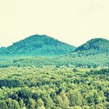 Φύση της περιοχής τουριστών εδάφους Macha ` s με το λόφο Borny και το λόφο Sroubeny στο υπόβαθρο που βλέπει από το κάστρο Jestreb Στοκ εικόνες με δικαίωμα ελεύθερης χρήσης