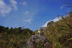 Φύση της περιόδου ανομβρίας ιχνών τροπικών δασών λόφων, πεζοπορώ τουριστών στην κορυφή του βουνού, Chiang Mai, Ταϊλάνδη 0.2018 Φε Στοκ φωτογραφίες με δικαίωμα ελεύθερης χρήσης