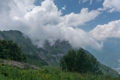 Φύση, τοπίο βουνών, γραφική άποψη με το νεφελώδη ουρανό στοκ φωτογραφίες με δικαίωμα ελεύθερης χρήσης