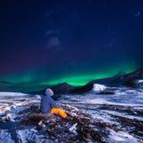 Φύση τοπίων της Νορβηγίας ταπετσαριών των βουνών της χτίζοντας πόλης χιονιού Spitsbergen Longyearbyen Svalbard σε ένα πολικό πνεύ στοκ φωτογραφίες
