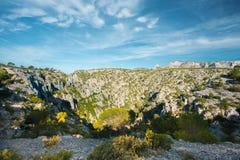 Φύση Calanques στην κυανή ακτή της Γαλλίας Υψηλοί απότομοι βράχοι κάτω Στοκ φωτογραφίες με δικαίωμα ελεύθερης χρήσης