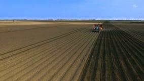 Φύτευση των πατατών με το τρακτέρ Ο καλλιεργητής στον τομέα Η εισαγωγή των μυκητοκτόνων εναέρια όψη φιλμ μικρού μήκους