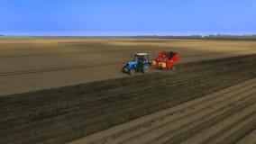 Φύτευση των πατατών με το τρακτέρ Ο καλλιεργητής στον τομέα Η εισαγωγή των μυκητοκτόνων Εναέρια άποψη 2 απόθεμα βίντεο