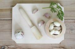 Φύλλα σκόρδου και μαϊντανού στο ξύλο Στοκ Εικόνες