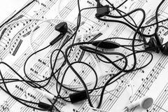 Φύλλα της μουσικής και των ακουστικών στοκ φωτογραφία