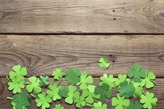Φύλλα τριφυλλιού εγγράφου στο παλαιό ξύλινο υπόβαθρο Τυχερό τριφύλλι Στοκ Φωτογραφία