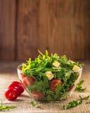 Φύλλα Arugula και ντομάτες κερασιών Στοκ Εικόνες