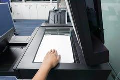 Φύλλο εγγράφου θέσεων επιχειρηματιών στο πιάτο εκτυπωτών Στοκ εικόνα με δικαίωμα ελεύθερης χρήσης