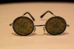 Φύλλο μαριχουάνα γύρω από τα γυαλιά Στοκ φωτογραφίες με δικαίωμα ελεύθερης χρήσης