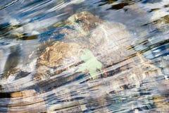 Φύλλο στο ρέοντας νερό Στοκ φωτογραφία με δικαίωμα ελεύθερης χρήσης