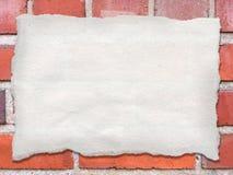 Φύλλο σχισμένου του κενό εγγράφου που δένεται με ταινία σε έναν τοίχο, που παρουσιάζει το έγγραφο τ Στοκ εικόνες με δικαίωμα ελεύθερης χρήσης