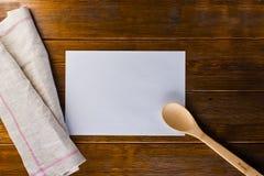 Φύλλο της Λευκής Βίβλου στο ξύλινο υπόβαθρο Στοκ Εικόνες