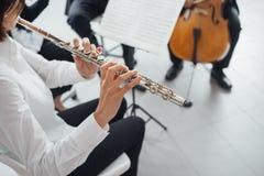 Φλαουτίστας που παίζει το όργανό της στη σκηνή στοκ φωτογραφία με δικαίωμα ελεύθερης χρήσης
