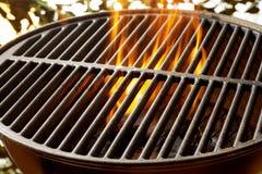 Φλεμένος άνθρακες σε μια φορητή θερινή σχάρα στοκ εικόνα με δικαίωμα ελεύθερης χρήσης
