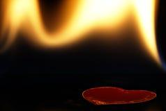 Φλεμένος καρδιά σε ένα μαύρο υπόβαθρο Στοκ φωτογραφίες με δικαίωμα ελεύθερης χρήσης