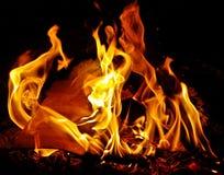 Φλεμένος ξύλινη πυρκαγιά τη νύχτα Στοκ Εικόνα