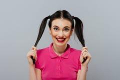 Φλερτάροντας όμορφο θηλυκό πρότυπο μόδας κοριτσιών ή γυναικών χαριτωμένο όμορφο με την ουρά τρίχας brunette με τα ρόδινα χείλια s Στοκ Φωτογραφίες