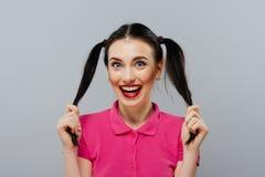 Φλερτάροντας όμορφο θηλυκό πρότυπο μόδας κοριτσιών ή γυναικών χαριτωμένο όμορφο με την ουρά τρίχας brunette με τα ρόδινα χείλια s Στοκ φωτογραφίες με δικαίωμα ελεύθερης χρήσης