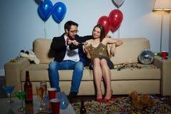 Φλερτ με το κορίτσι στο κόμμα σπιτιών Στοκ φωτογραφία με δικαίωμα ελεύθερης χρήσης