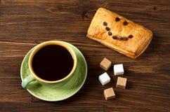 Φλιτζάνι του καφέ Ð  με τους κύβους ζάχαρης και ριπή με το χαμόγελο των σιταριών καφέ στοκ φωτογραφία με δικαίωμα ελεύθερης χρήσης