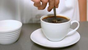 Φλιτζάνι του καφέ ανακατώματος χεριών κοντά επάνω απόθεμα βίντεο