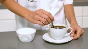 Φλιτζάνι του καφέ ανακατώματος χεριών απόθεμα βίντεο