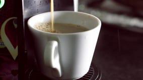 Φλιτζάνι του καφέ από τη μηχανή καφέ καψών απόθεμα βίντεο