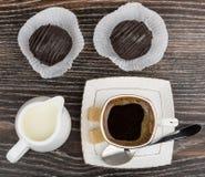 Φλιτζάνι του καφέ, γάλα κανατών, κέικ δύο και άμορφη ζάχαρη Στοκ Εικόνες