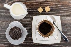 Φλιτζάνι του καφέ, γάλα στην κανάτα, κέικ σοκολάτας και ζάχαρη Στοκ φωτογραφία με δικαίωμα ελεύθερης χρήσης