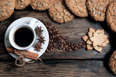 Φλιτζάνι του καφέ γούστου με τα ψημένα σιτάρια Στοκ Εικόνες