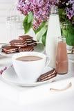 Φλιτζάνι του καφέ και λίγα μπουκάλια του γάλακτος σε έναν άσπρο δίσκο με το lila Στοκ φωτογραφίες με δικαίωμα ελεύθερης χρήσης