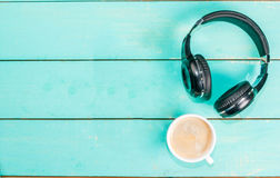Φλιτζάνι του καφέ και ακουστικά στοκ εικόνες