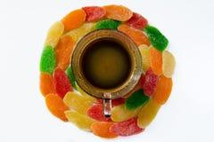 Φλιτζάνι του καφέ και γλυκά - γλασαρισμένα φρούτα ανανά σε ένα άσπρο β Στοκ Εικόνες
